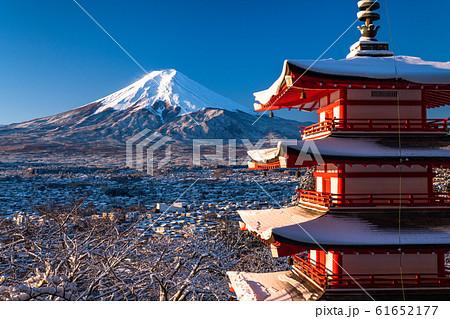 《山梨県》日本の冬・積雪の富士山と五重の塔《新倉山浅間公園》 61652177