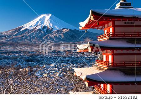 《山梨県》日本の冬・積雪の富士山と五重の塔《新倉山浅間公園》 61652182