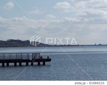 霞ヶ浦の青空と白い雲と使わなくなった桟橋 61666220