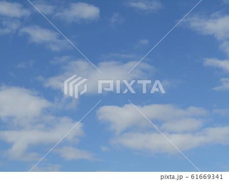 冬の朝の白い雲と青い空 61669341