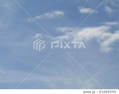 冬の朝の白い雲と青い空 61669343