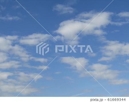 冬の朝の白い雲と青い空 61669344