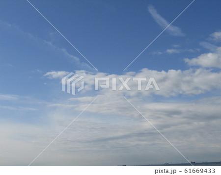 冬の朝の白い雲と青い空 61669433