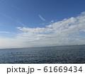 冬の朝の白い雲と青い空 61669434