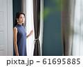 モダンインテリア 女性 61695885