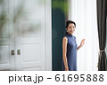モダンインテリア 女性 61695888