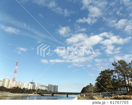 花見川河口の青空と白い雲 61707705
