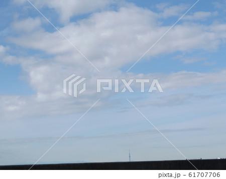 検見川浜の青空と白い雲 61707706
