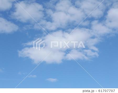 検見川浜の青空と白い雲 61707707