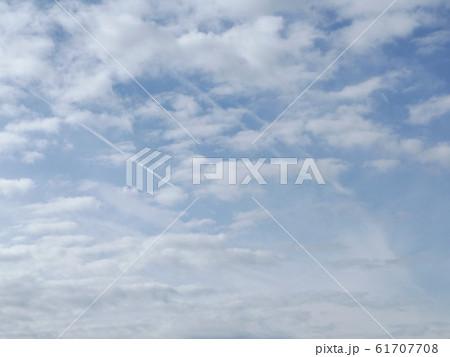 検見川浜の青空と白い雲 61707708