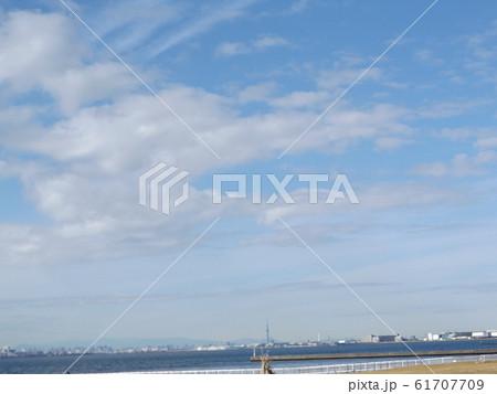 検見川浜の青空と白い雲 61707709