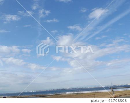 検見川浜の青空と白い雲 61708308