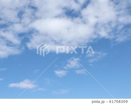 検見川浜の青空と白い雲 61708309