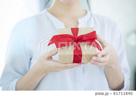 プレゼントの箱を持つ女性 61711840