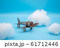 空飛ぶ飛行機 ブリキの飛行機と雲 61712446