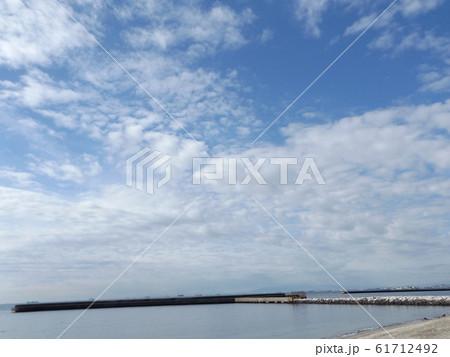 検見川浜の青空と白い雲 61712492