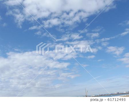 検見川浜の青空と白い雲 61712493