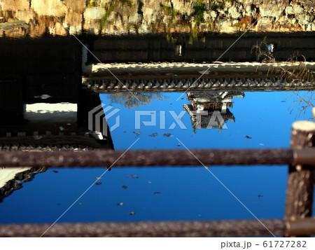 堀の水面と高知城 61727282