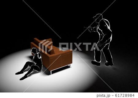 家に強盗が入る。怯える女性。警察に電話する。3Dイラスト 61728984