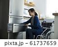 車椅子生活イメージ キッチン 若い女性 61737659
