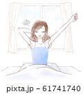 寝不足で起きる若い女性 61741740