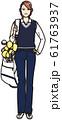 ゴルフバッグを担ぐ若い女性 61763937