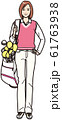 ゴルフバッグを担ぐ若い女性 61763938