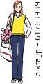 ゴルフバッグを担ぐ若い女性 61763939