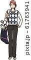 ゴルフバッグを担ぐ若い女性 61763941