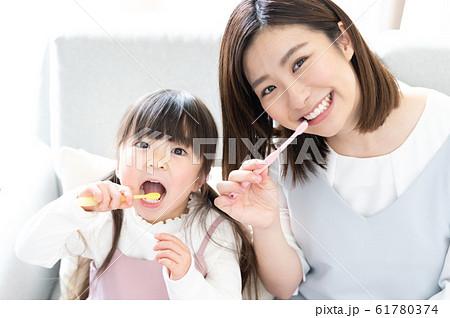 歯みがき 女の子 ママ 61780374