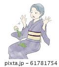 お茶をこぼす着物女性 61781754