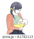 授乳する女性 61782113