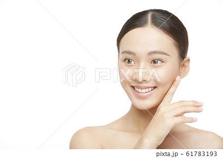 白バックの女性ビューティー写真 61783193