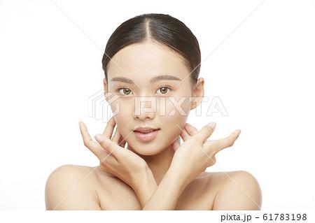 白バックの女性ビューティー写真 61783198