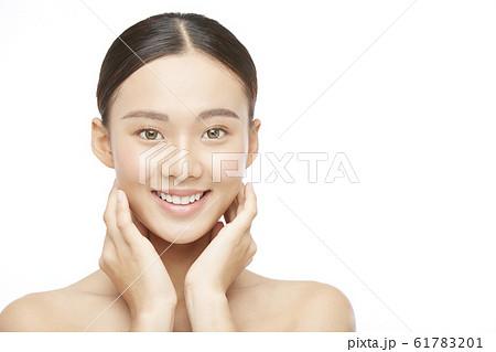 白バックの女性ビューティー写真 61783201