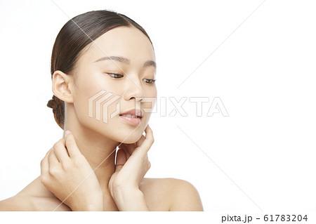 白バックの女性ビューティー写真 61783204