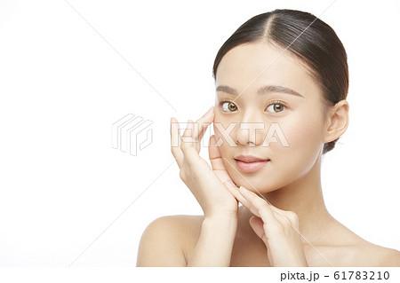 白バックの女性ビューティー写真 61783210