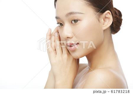 白バックの女性ビューティー写真 61783218
