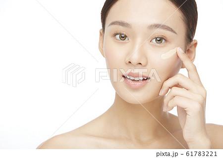 白バックの女性ビューティー写真 61783221