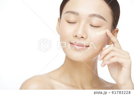 白バックの女性ビューティー写真 61783228