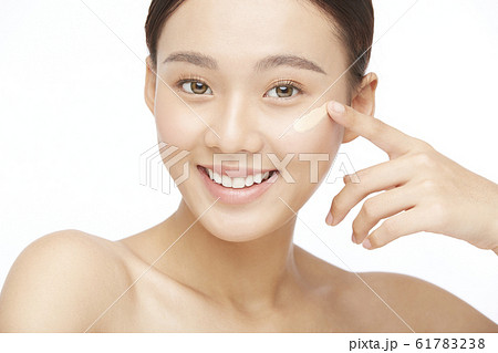 白バックの女性ビューティー写真 61783238