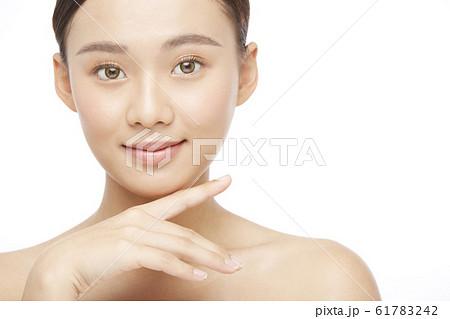 白バックの女性ビューティー写真 61783242