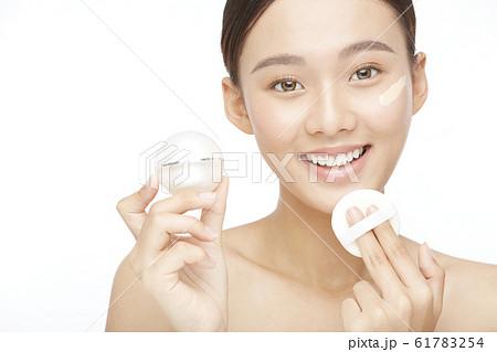 白バックの女性ビューティー写真 61783254
