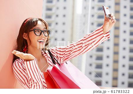 買い物を楽しむ女性 61783322
