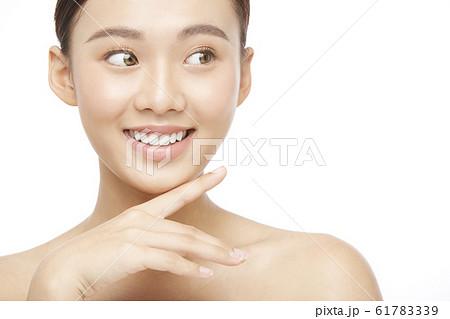 白バックの女性ビューティー写真 61783339