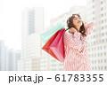 買い物を楽しむ女性 61783355