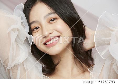 表情アップの女性ビューティー写真 61783793