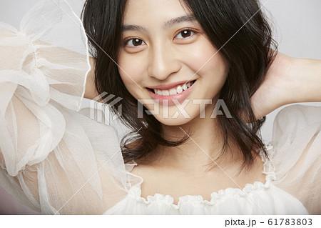 表情アップの女性ビューティー写真 61783803