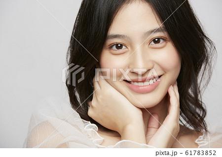 表情アップの女性ビューティー写真 61783852