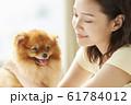 小型犬と暮らす若い女性 61784012